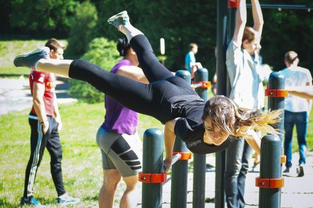 Заниматься гимнастикой и тренироваться можно прямо в парке.