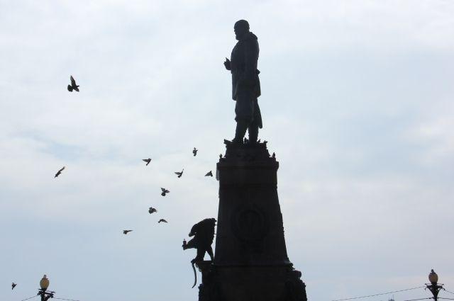 Экскурсия начнется от памятника Александру III.