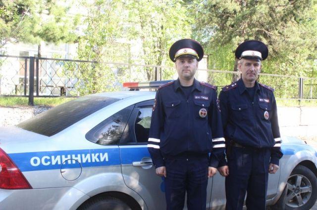 Ребенка обнаружили сотрудники ДПС ОМВД России по г. Осинники лейтенант полиции Роман Ермолаев и майор полиции Павел Тимченко.