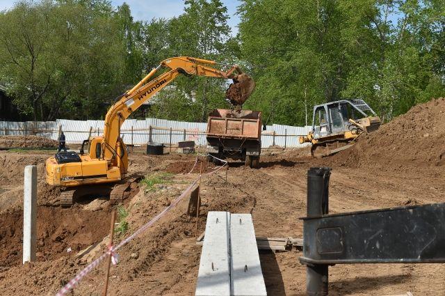 Прежний фундамент поликлиники в Лёвшино демонтировали, а сейчас возводят новое свайное поле с большим запасом прочности