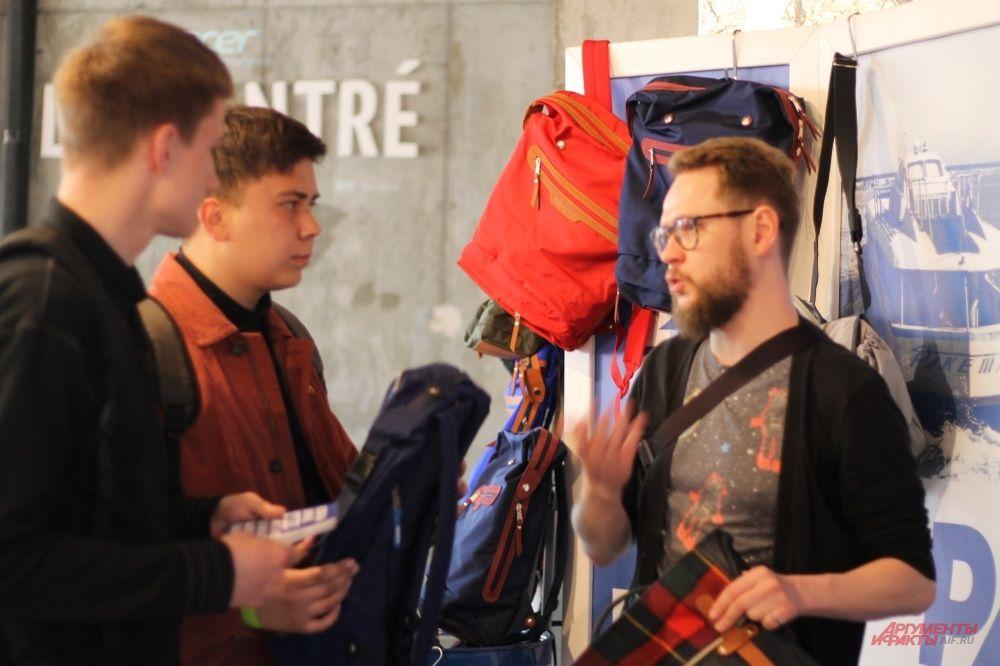 Молодые люди выбирают рюкзак