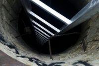 Глубина колодца составляет около 4 метров.