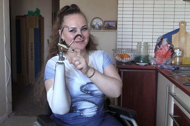 С теми протезами, которые у нее есть, Ирина не может выполнять практически никакую работу по дому.
