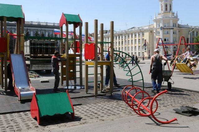 На площади Советов демонтировали детские игровые комплексы.