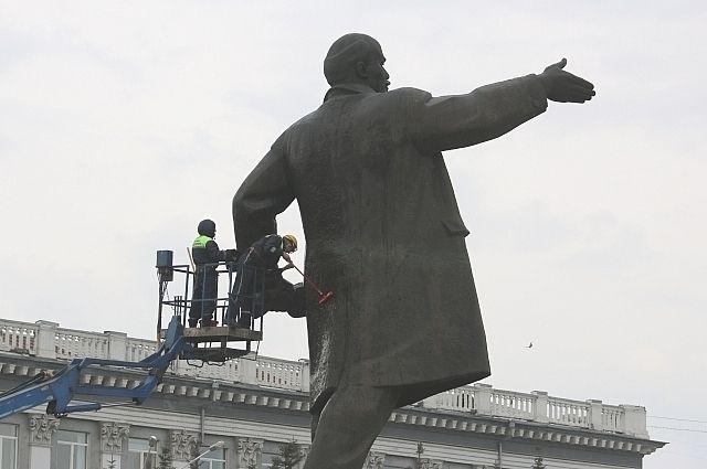 Существует поверье, что «главный» Ленин с площади Советов в Кемерове покажет, где зарыт клад, если потереть в нужном месте.