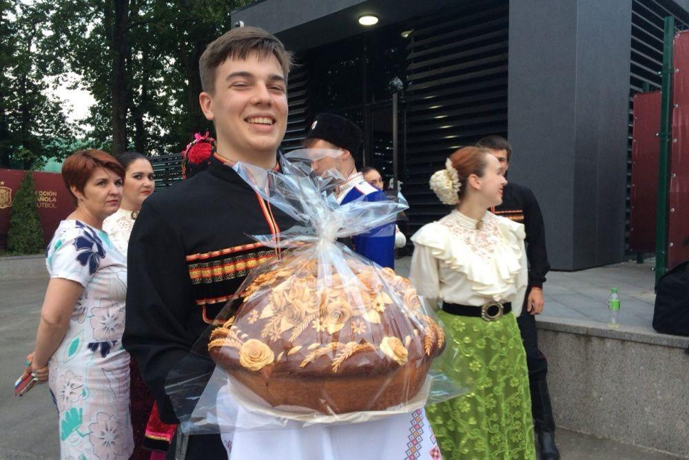 """""""Хлеб-соль"""" предложили гостям кубанские казаки."""