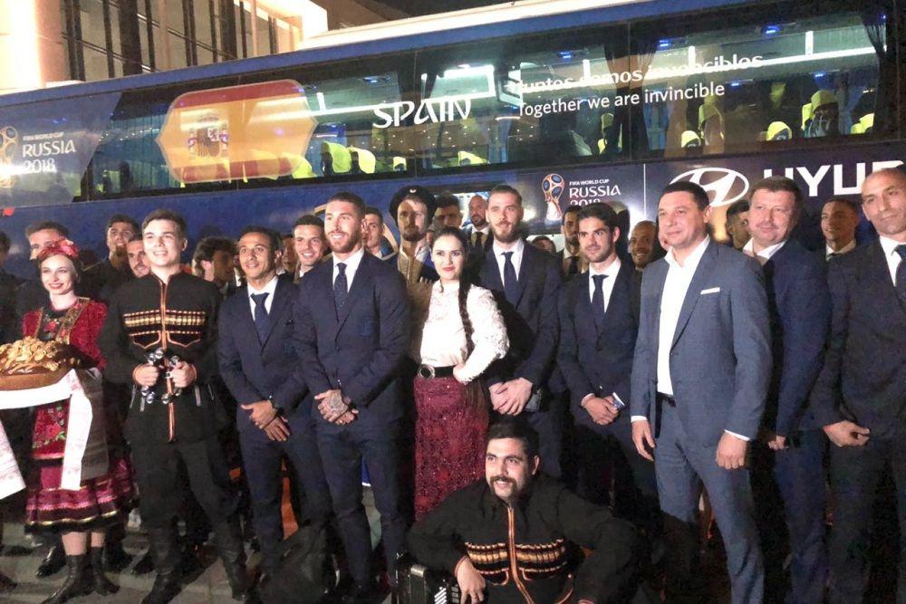 Все спортсмены прилетели в Краснодар в деловых костюмах.