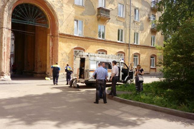 Специалисты инженерной защиты обследуют дом на Островского, 27.