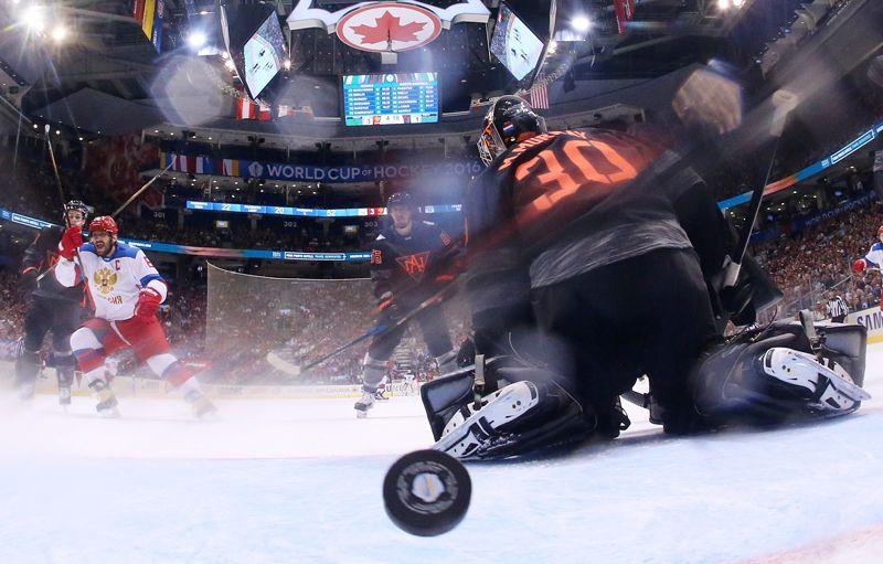 Александр Овечкин радуется заброшенной шайбе в матче группового этапа Кубка мира по хоккею между сборными командами России и Северной Америки U23. 2014 год.