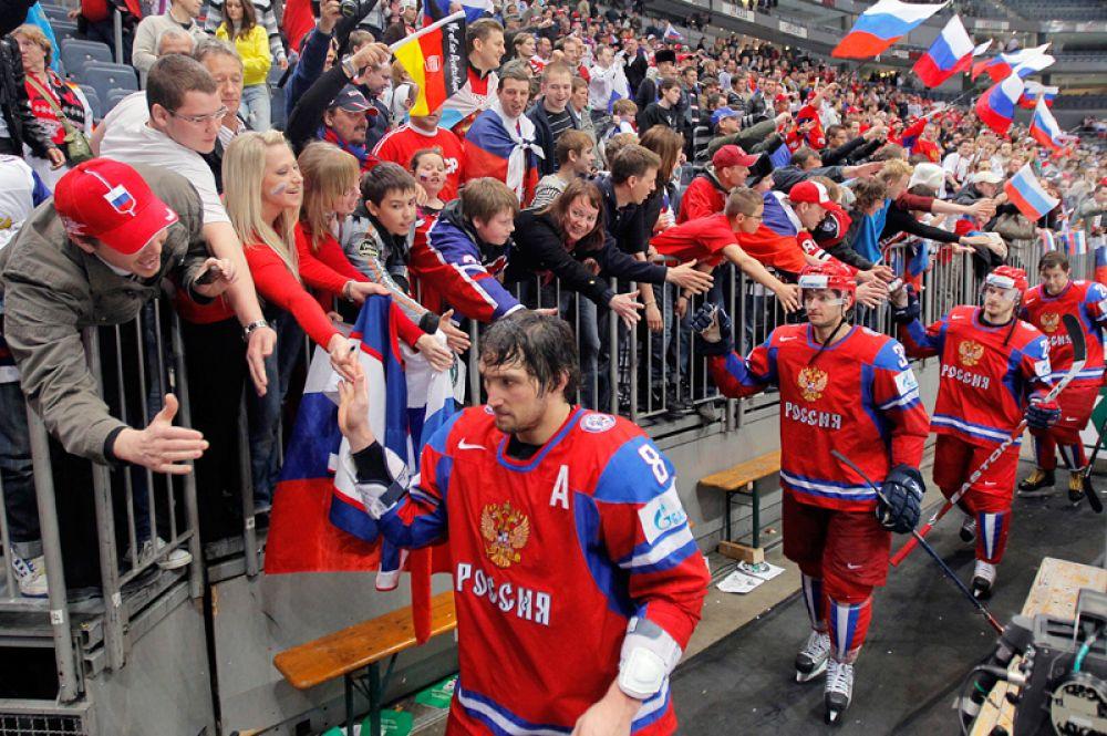 Российские хоккеисты Александр Овечкин, Денис Гребешков, Константин Корнеев и Александр Фролов после окончания матча квалификационного раунда чемпионата мира по хоккею 2010 года между сборными командами России и Финляндии, который закончился победой российской сборной.