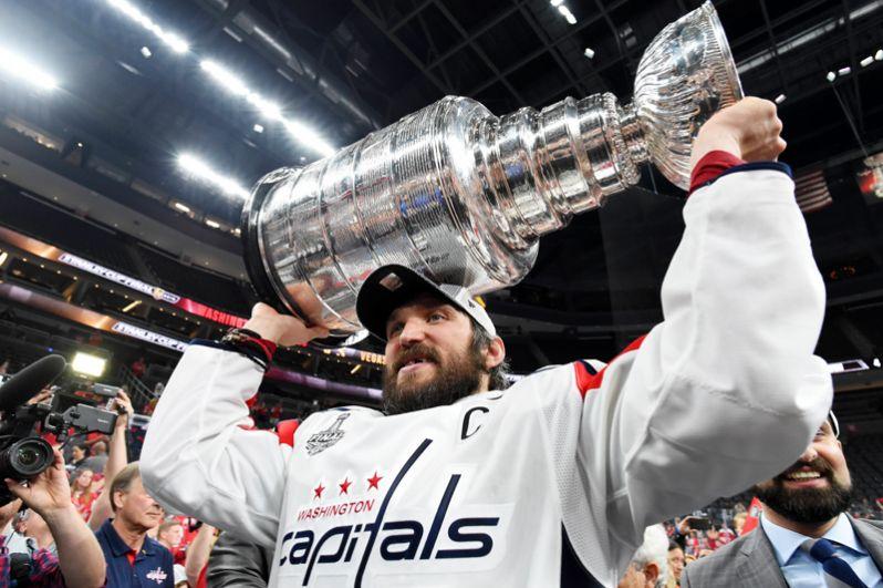«Вашингтон Кэпиталс», капитаном которого является российский нападающий Александр Овечкин, стал обладателем Кубка Стэнли. В пятом матче финальной серии «Вашингтон» победил «Вегас Голден Найтс» со счетом 4:3. 2018 год.