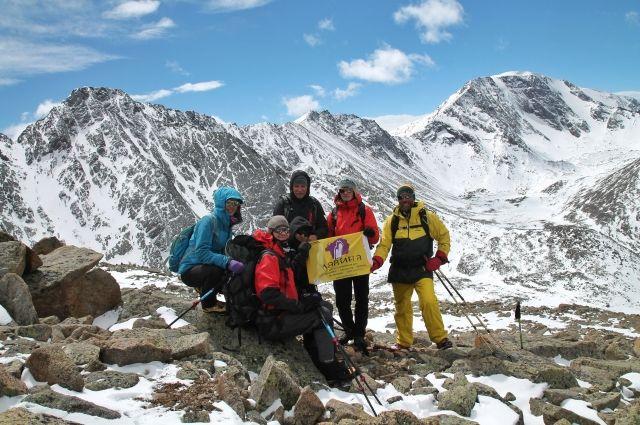 Отделение красноярских альпинистов на спуске с пика Комсомол, май 2018.