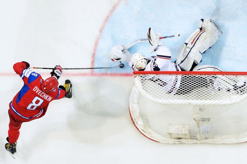 На чемпионате мира 2014 года в Минске Овечкин впервые был назначен капитаном сборной России. На фото: Александр Овечкин и вратарь сборной США Джон Гибсон в четвертьфинальном матче Чемпионата мира по хоккею между национальными командами России и США.