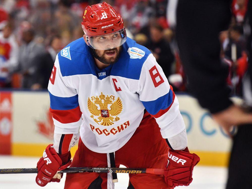 Игрок сборной России Александр Овечкин в матче 1/2 финала Кубка мира по хоккею между сборными командами Канады и России. 2014 год.