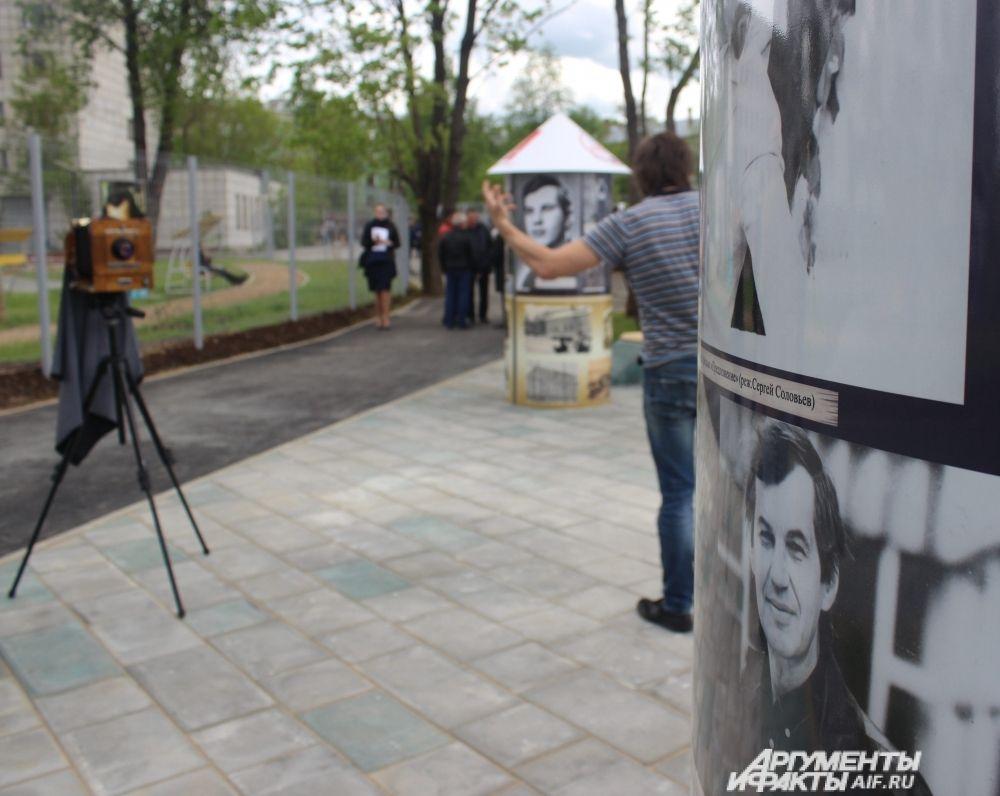 Около памятника расставили тумбы с фотографиями актёра