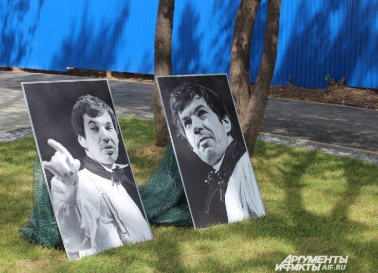 Около памятника поставили фотографии актёра в ролях, которые он когда-либо играл