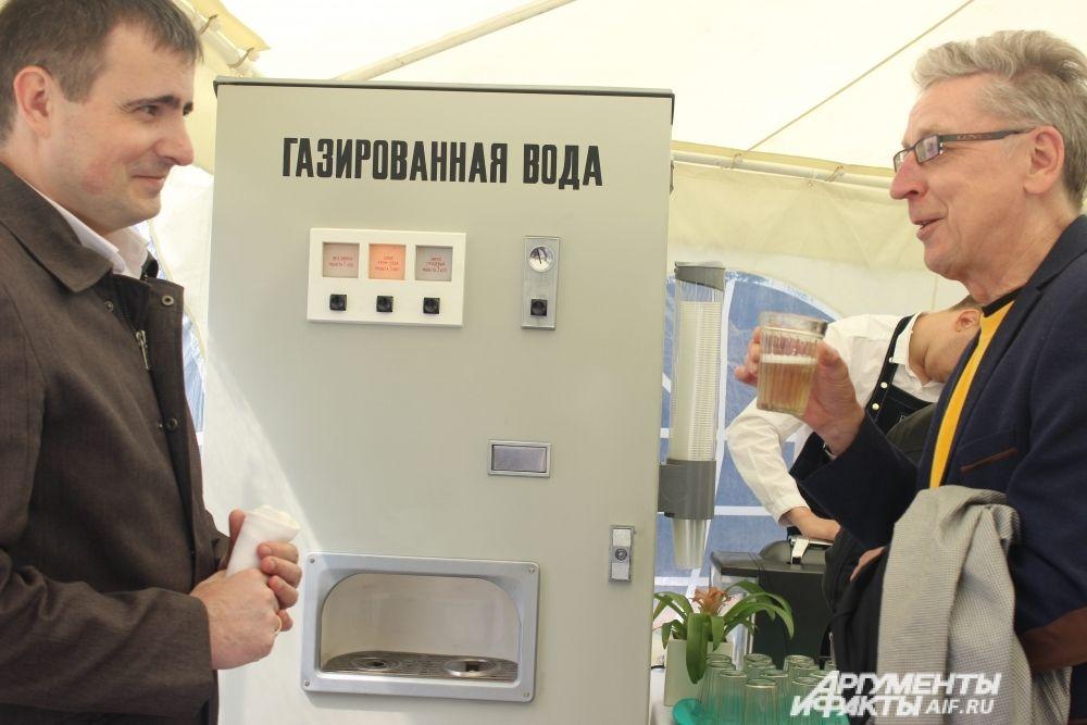 Чтобы гости церемонии открытия прониклись духом прошлого, им предложили попробовать газированную воду из старого автомата