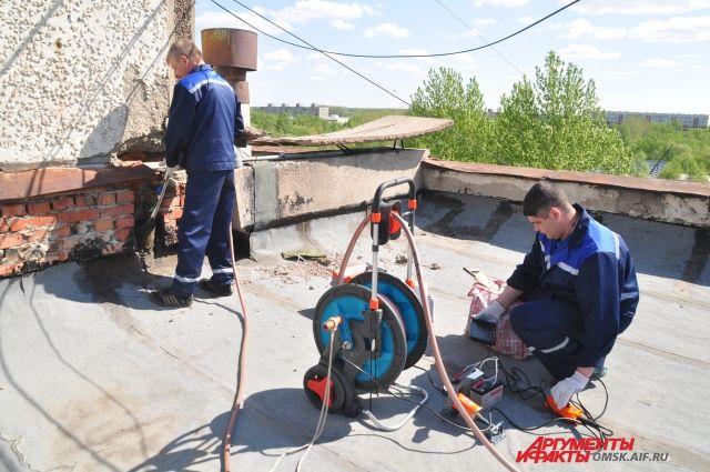 Работники ЖКХ ставят заглушки на канализацию
