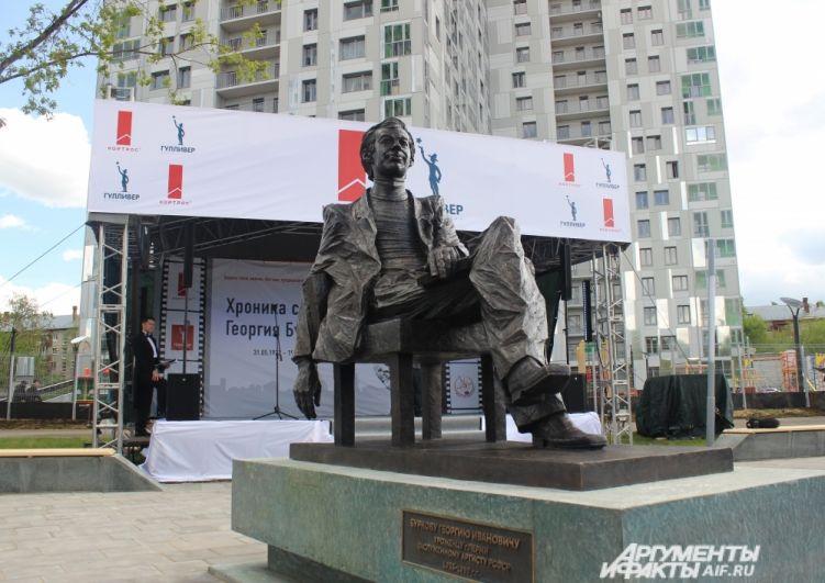 Памятник расположился в центральной аллее нового жилого комплекса