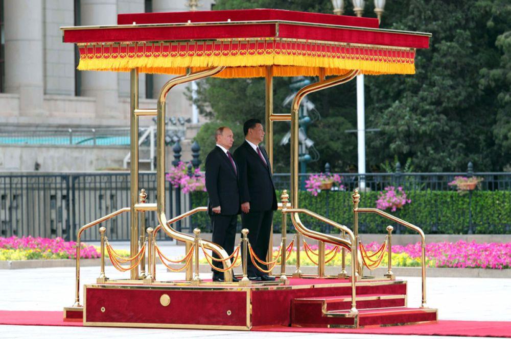 Президент РФ Владимир Путин и председатель КНР Си Цзиньпин на площади Тяньаньмэнь в Пекине.