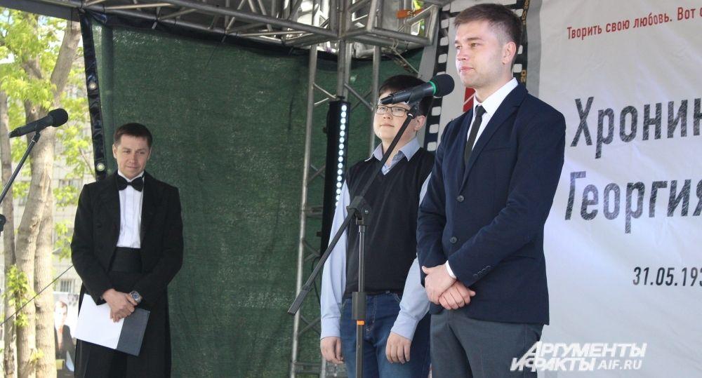 На открытие памятника пришли и молодые родственники актёра. 26-летний Антон Гоголев сказал, что пошёл по стопам Буркова: как и Георгий Иванович, получил юридическое образование