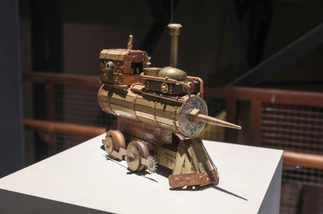 Дверцей дымовой коробки паровоза стала деталь от швейной машинки.