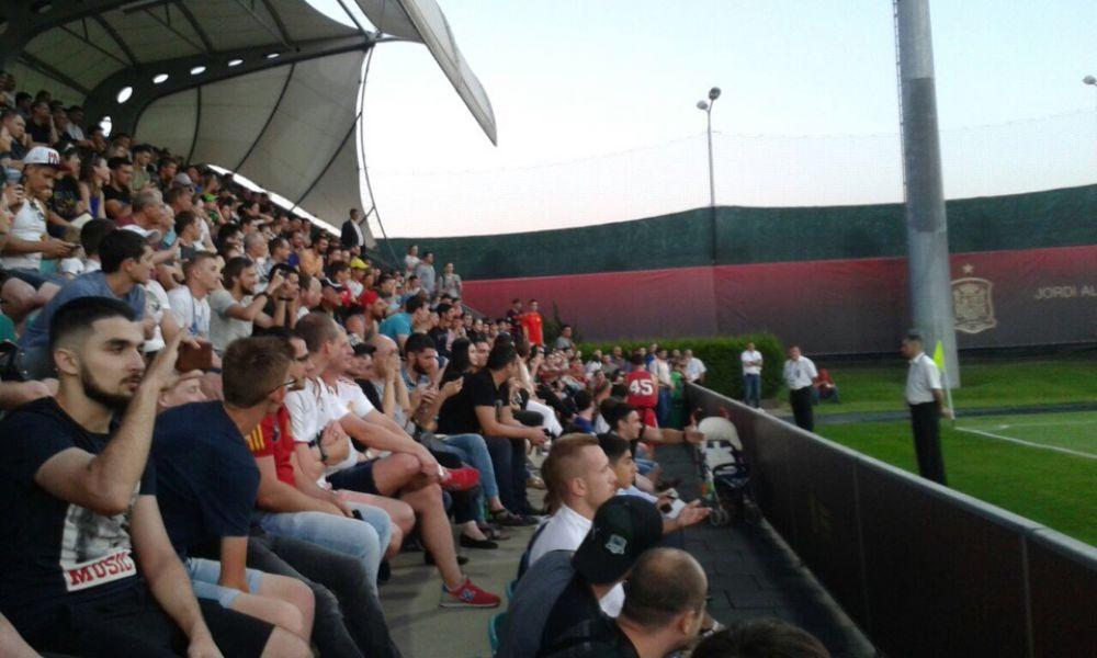 На стадионе собрались фанаты и аккредитованные журналисты.
