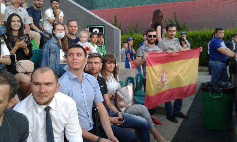 Флаг Испании пошел по трибуне.