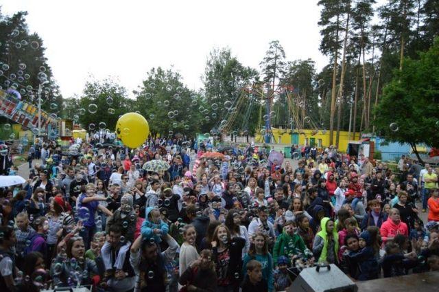 Каждый год 12 июня в парки приходят сотни пермяков.