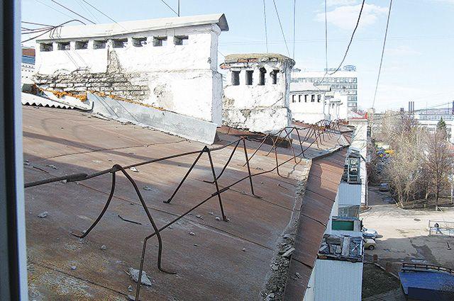 Кемеровские спасатели сняли с крыши пару молодых влюбленных.