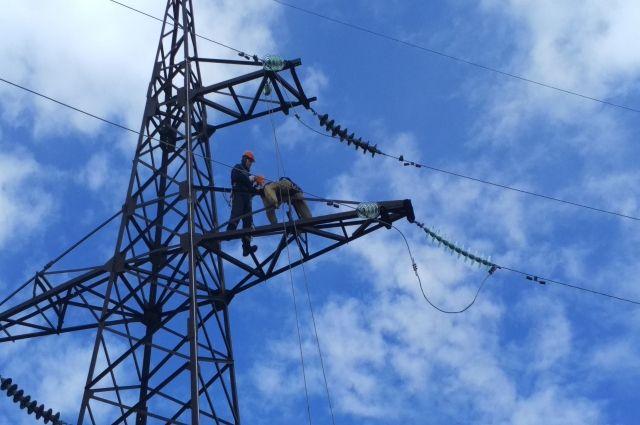 Сотрудники показывали квалификацию на высоковольтных линиях.