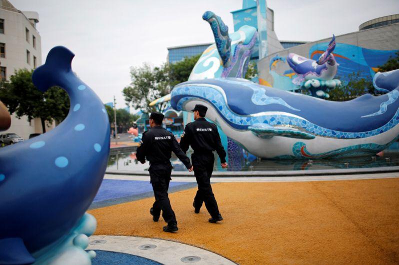 Сотрудники службы безопасности около медиа-центра в Циндао во время проведения саммита ШОС.