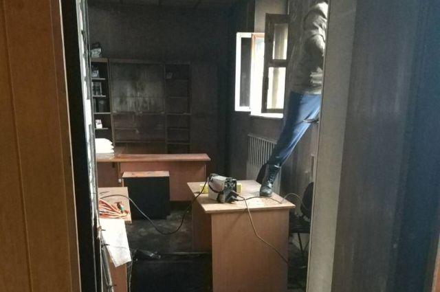офисе было разбито окно и, судя по всему, в него бросили бутылку с зажигательной смесью. Что именно произошло, сейчас выясняют следователи
