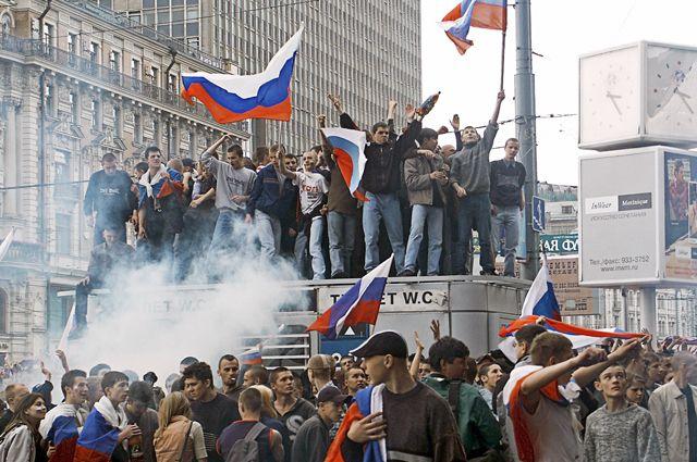Футбольные болельщики болеют за национальную сборную во время трансляции матча Россия — Япония чемпионата мира по футболу на Манежной площади в Москве.