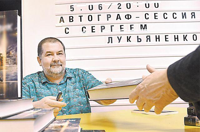 Сергей Лукьяненко может всё: и бестселлер написать, и сайт в поддержку мэра вести, и позицию свою высказать.