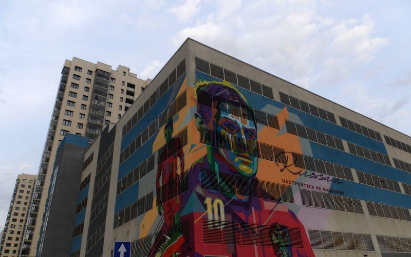 Граффити настене жилого дома устадиона «Казань арена», посвященный предстоящему чемпионату миру пофутболу 2018.