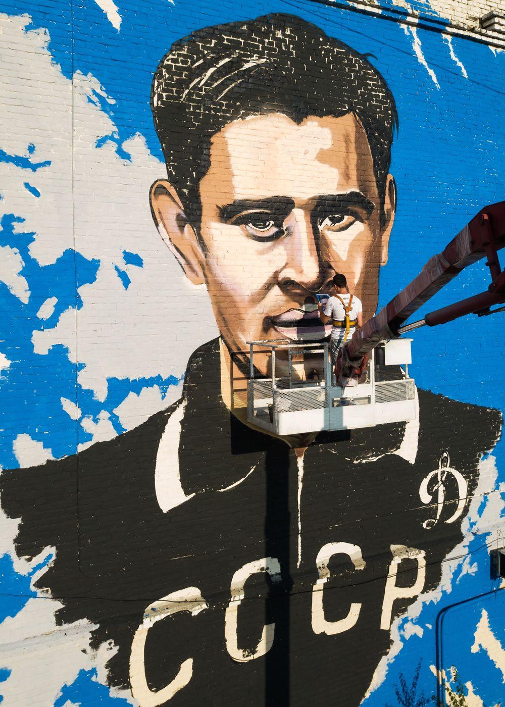 Художник работает над граффити с изображением советского футболиста, вратаря Льва Яшина, посвященном чемпионату мира по футболу ФИФА-2018, в Краснодаре.