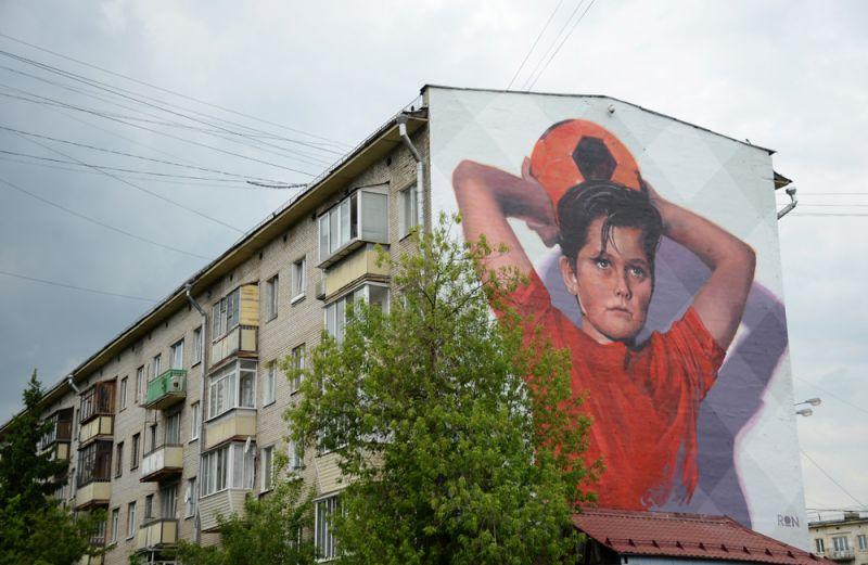 Граффити, посвященное чемпионату мира по футболу-2018, нарисованное на стене жилого дома в Москве.