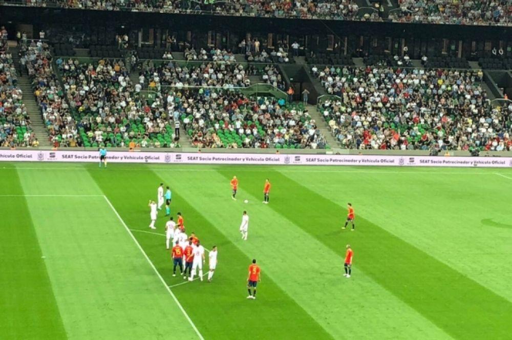 Мячи, отправленные в ворота сборной Туниса не раз пролетали мимо и попадали в зрителей.