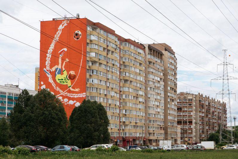 Граффити, посвященное чемпионату мира по футболу ФИФА-2018, на фасаде дома в Самаре.
