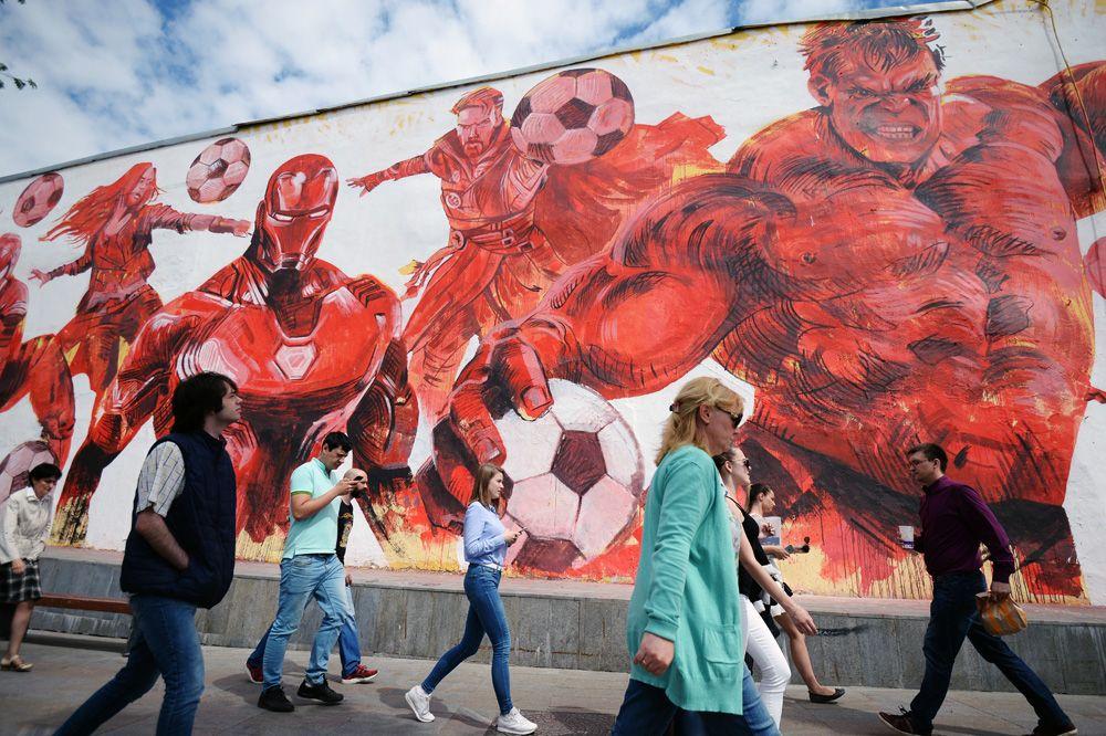 Граффити, посвященное чемпионату мира по футболу-2018, нарисованное на стене жилого дома на улице Земляной вал в Москве.