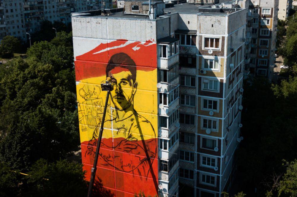Художник работает над граффити сизображением игрока ФК«Реал Мадрид» Серхио Рамоса, посвященном чемпионату мира пофутболу ФИФА-2018, вКраснодаре.