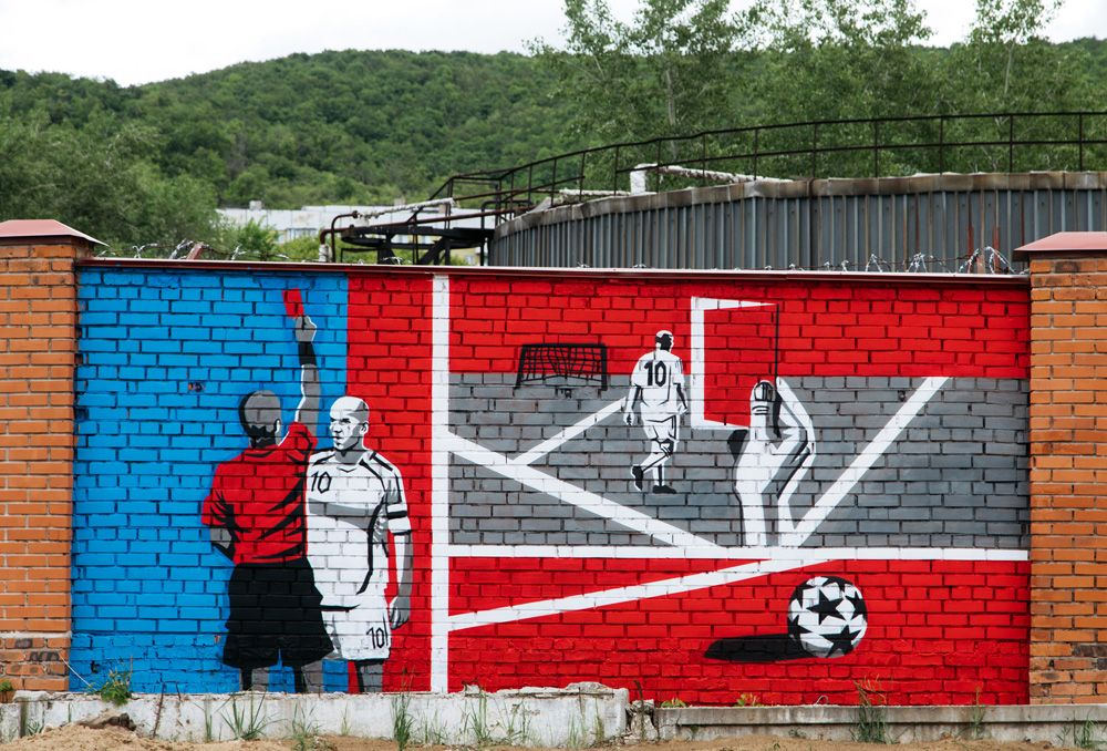Граффити, посвященное чемпионату мира по футболу ФИФА-2018, на заборе в Самаре.