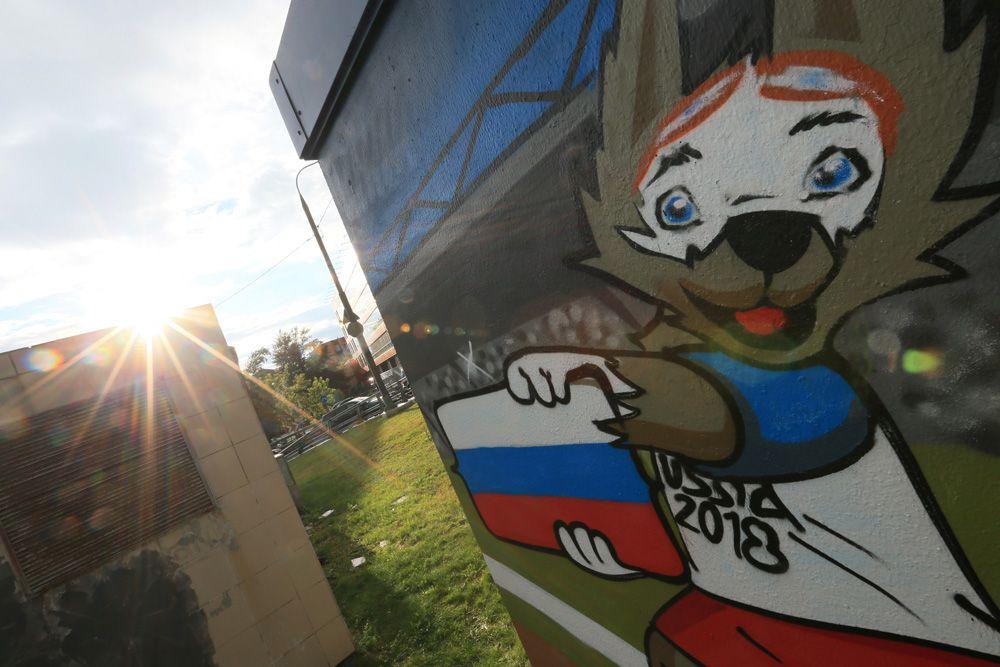Граффити, посвященное чемпионату мира по футболу 2018 года, на строении трансформаторной подстанции на Серебрянической набережной в Москве.