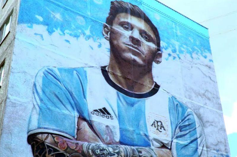 Портрет Лионеля Месси на здании в Бронницах.