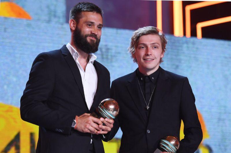 Режиссер Владимир Битоков (слева) и актер, режиссер Александр Горчилин получают приз конкурса