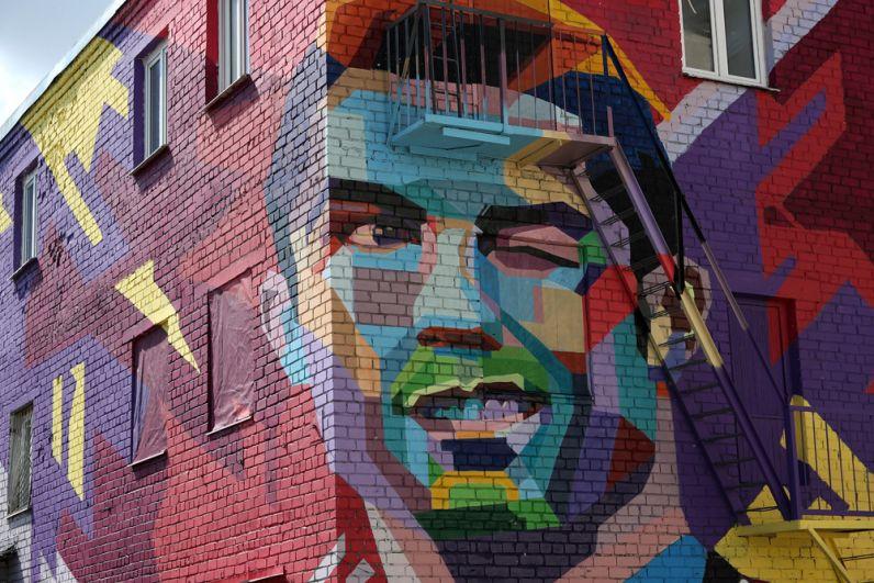 Граффити сизображением игрока сборной Португалии пофутболу Криштиану Роналду настене дома вовнутреннем дворе гостиницы «Рамада» вКазани.