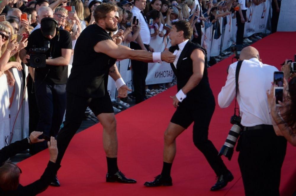 Актёры Владимир Яглыч (слева) и Павел Деревянко на красной дорожке перед торжественной церемонией закрытия.