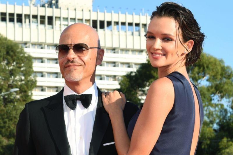 Актриса Паулина Андреева и режиссёр Фёдор Бондарчук на красной дорожке.