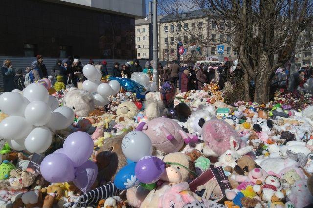 Кемеровчане в память и погибших приносили игрушки к мемориалу несколько месяцев.